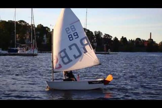 Démonstration de navigation avec le safran Dotan sur Optimist.